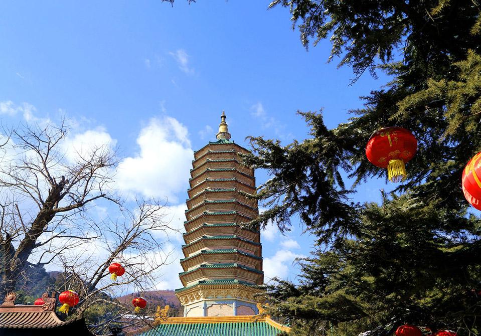 八大处公园位于北京市西郊西山风景区南麓,因公园内有八座古寺灵光寺、长安寺、三山庵、大悲寺、龙泉庙、香界寺、宝珠洞、证果寺而得名。 八大处公园三山环抱,形成了特有的冬暖夏凉的小气候,得益于这种特有的小气候,八大处的自然风景绮丽动人,四季风景如画。八大处又以自然天成的十二景闻名遐迩,古人即赞曰三山如华屋,八刹如屋中古董,十二景则如屋外花园。 八座古刹最早建于隋末唐初,历经宋、元、明、清历代修建而成。其中灵光、长安、大悲、香界、证果五寺均为皇帝敕建。灵光寺辽招仙塔中曾供奉释迦牟尼佛牙舍利,1900年毁