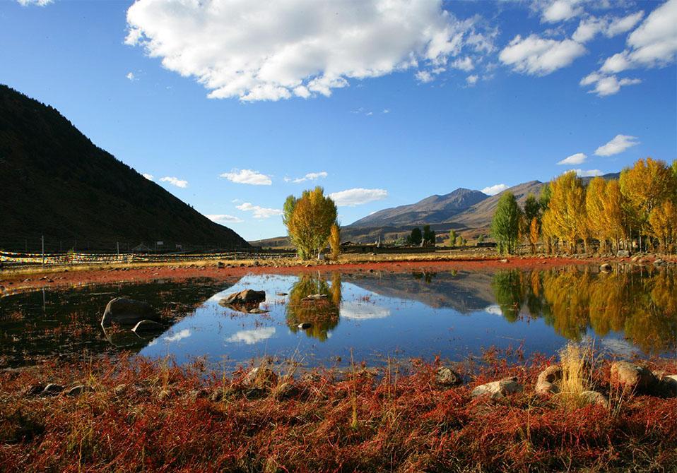 旅游景点 稻城亚丁  位置:藏族自治州稻城县 稻城—亚丁风景区位于